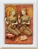 Thailändische Sandfrauenstatuen auf Wand Stockfotografie