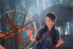 Thailändische Schönheiten lächeln im Karen-Klagenspinnfaden auf einem Ba Stockfotos