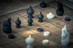 Thailändische Schach-Zahl auf hölzernem Schachbrett, Taktiken und Strategie-Konzept stockfoto