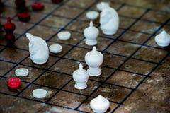 Thailändische Schach-Zahl auf Schachbrett lizenzfreies stockbild