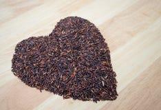 Thailändische schwarze Jasminreis Reisbeeren-Herzform Lizenzfreies Stockfoto
