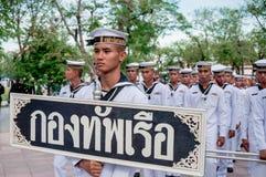 Thailändische Seemannholding-Aufkleberparade lizenzfreies stockfoto
