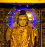 Thailändische Statue mit LED-Lichtern Stockfoto