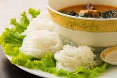 Thailändische Suppennudeln gegessen mit grünem Curry Stockfoto
