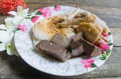 Thailändische Suppennudeln gegessen mit, thailändische Nudeln auf einem Holztisch lizenzfreie stockfotografie