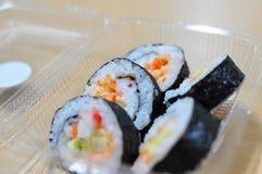 Thailändische Sushi im Plastikkasten Lizenzfreie Stockfotos