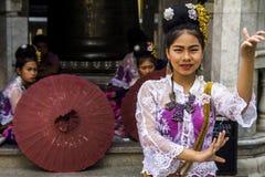 Thailändische Tänzer in Wat Phra That Doi Suthep lizenzfreie stockbilder