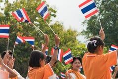 Thailändische teilnehmende Studenten die Zeremonie von 100. aniversary von Lizenzfreie Stockfotos