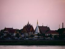 Thailändische Tempel ` Wat Thai-` Abendufergegend-Flussseite der Mekong Stockfotos