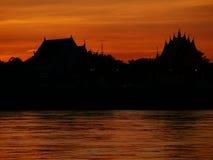 Thailändische Tempel ` Wat Thai-` Abendufergegend-Flussseite der Mekong stockbild