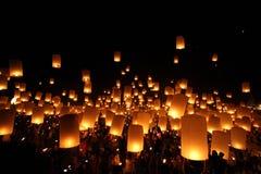 Thailändische traditionelle Newyear-Ballonlaterne nachts stockbilder