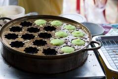 Thailändische traditionelle Snäcke auf dem Straßenrand Lizenzfreies Stockfoto
