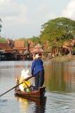 Thailändische traditionelle touristische Boote auf Kanälen von altem Siam in thailändischem lizenzfreies stockfoto