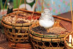 Thailändische trockene Kräuter für das gemachte Balsamöl Kräuter oder stockfoto