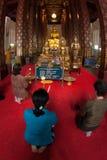 Thailändische Völker des Buddhismus beten auf Haupt-Buddha im Tempel an Stockfotos