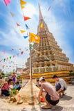 Thailändische Völker kommen, die Sand-Pagode zu errichten Lizenzfreies Stockfoto