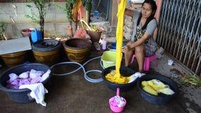 Thailändische waschende Frauen und saubere Kleidung nachdem dem Bindungsbatikfärben stock video