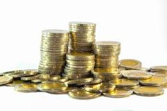 Thailändische zehn Bahtmünzen auf weißem Hintergrund Stockfoto