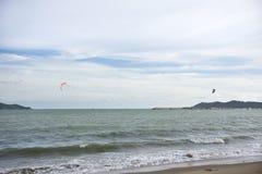 Thailändischer übender Sport der Athleten und der Ausländerleute und Spielen des Kiteboardings oder des Seedrachens im Ozean in R stockfotos