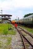 Thailändischer allgemeiner Zug und Kinder am Bahnhof in Thailand Stockfotografie