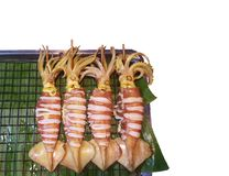Thailändischer Art-Grill-frischer Kalmar auf Bananen-Blatt lizenzfreies stockbild