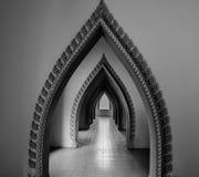 Thailändischer Artbogenkorridor im Tempel Lizenzfreie Stockfotos