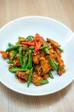 Thailändischer Aufruhr gebratenes Schweinefleisch mit Curry-Paste Lizenzfreies Stockbild