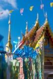 Thailändischer Baht ist auf blauem Himmel, im angemessenen Tempel, Thailand stockfoto
