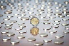 Thailändischer Baht-Münze unter einem Haufen von Münzen Stockfotografie