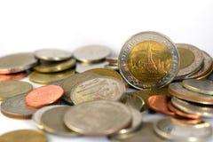 Thailändischer Baht-Münzen auf weißem Hintergrund Lizenzfreie Stockfotos