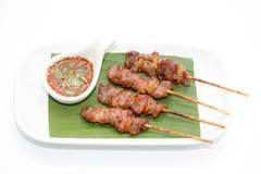 Thailändischer BBQ-Schweinefleischaufschlag mit und thailändische Artsoße stellten auf Banane Le ein Lizenzfreies Stockbild