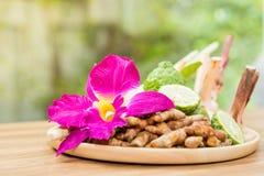 Thailändischer Bestandteilgebrauch wie Badekurortbestandteile, die auf hölzerne Platte einstellen lizenzfreies stockfoto