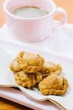 Thailändischer Curry stößt auf Plastikteller mit einem Tasse Kaffee luft Lizenzfreies Stockbild