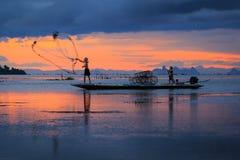 Thailändischer Fischer in der Aktion, Thailand Stockfotografie