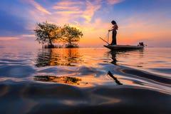 Thailändischer Fischer mit Netz in der Aktion Stockfotografie
