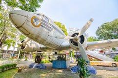 Thailändischer Flugzeugpropeller der Weinlese, der als Parkdekoration in der Wissenschaftsmitte der Bildung anzeigt lizenzfreie stockfotografie