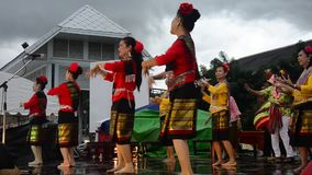 Thailändischer Frauentanz, der thailändische Art tanzt stock video footage
