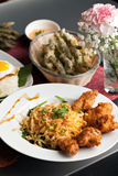 Thailändischer Fried Chicken Wings mit Nudeln Stockfoto