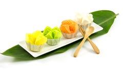 Thailändischer gedämpfter Schalenkuchen auf weißem Hintergrund Lizenzfreies Stockfoto