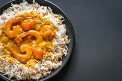 Thailändischer gelber Curry mit Meeresfrüchten und weißem Reis Stockbilder