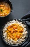 Thailändischer gelber Curry mit Meeresfrüchten und weißem Reis Stockbild