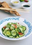 Thailändischer Gurkensalat mit indischem Sesam und Paprika Lizenzfreies Stockbild