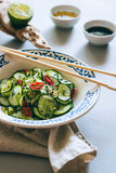 Thailändischer Gurkensalat mit indischem Sesam und Paprika Lizenzfreie Stockbilder