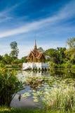 Thailändischer königlicher Pavillon in Lotus Pond Stockbild