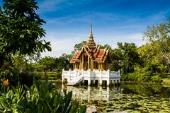 Thailändischer königlicher Pavillon in Lotus Pond Stockfoto