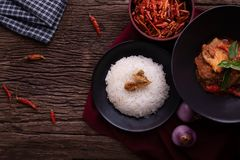 Thailändischer Küchentisch mit getrocknetem rotem Schweinefleischkokosnusscurry lizenzfreie stockbilder
