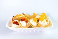Thailändischer knusperiger Pfannkuchen oder Khanom Buang auf weißem backgroung Stockbilder