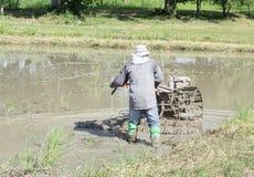Thailändischer Landwirt, der im Bauernhof arbeitet. Lizenzfreie Stockfotos