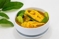 Thailändischer Lebensmittel-Fisch-Curry mit Zitronenscheibe auf Weiß Stockfotos