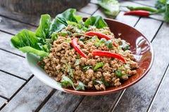 Thailändischer Lebensmittelgrundschweinefleischsalat oder würziger gehackter Schweinefleischsalat stockfotografie